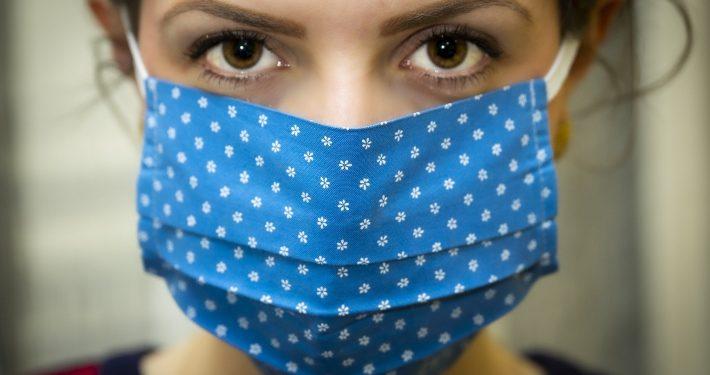 Illustration du déconfinement : image d'une jeune femme portant en masque en tissu